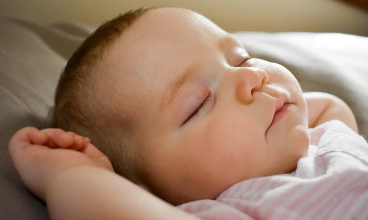 Conheça as fases do sono do bebê recém-nascido It Mãe