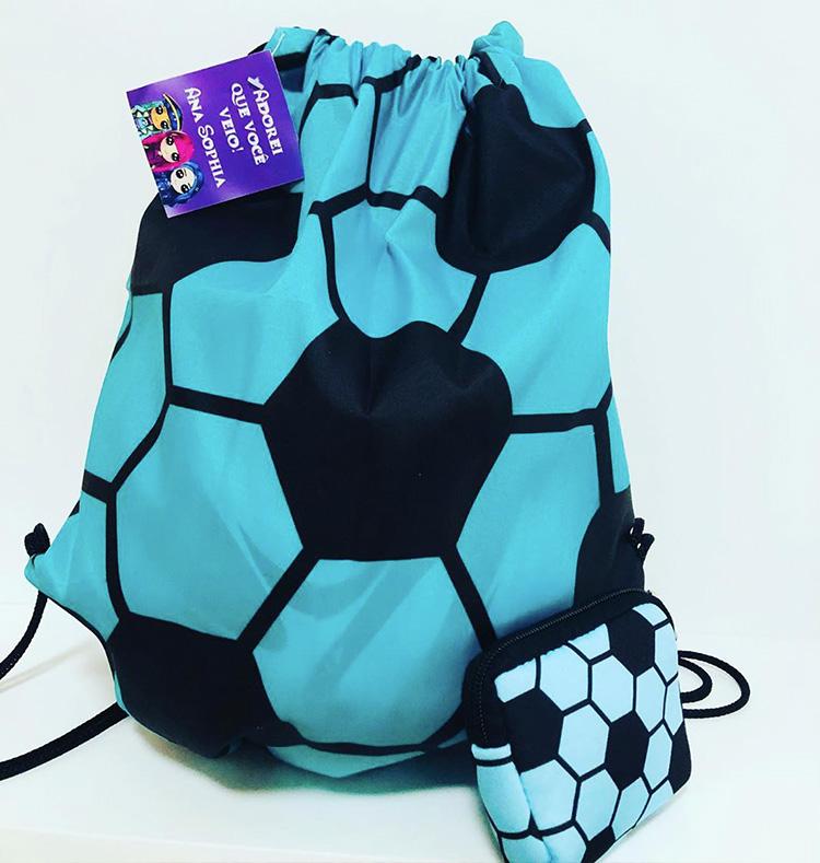 Lembrancinhas criativas: mochila sacola e necessaire com o tema futebol da Amo Lembrancinhas - It Mãe