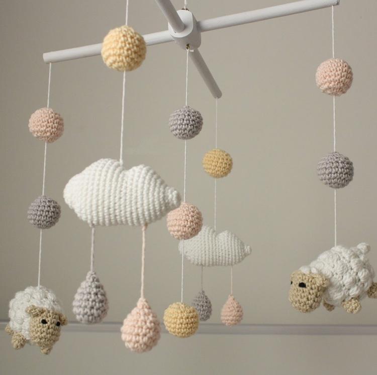 Dicas para o bebê dormir melhor: móbile de amigurumi de ovelhinhas Ami Fofuchos It Mãe