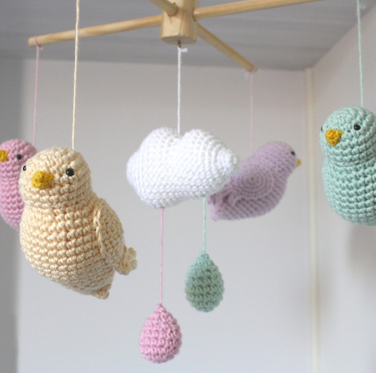 Dicas para o bebê dormir melhor: móbile de amigurumi de pássaros Ami Fofuchos It Mãe