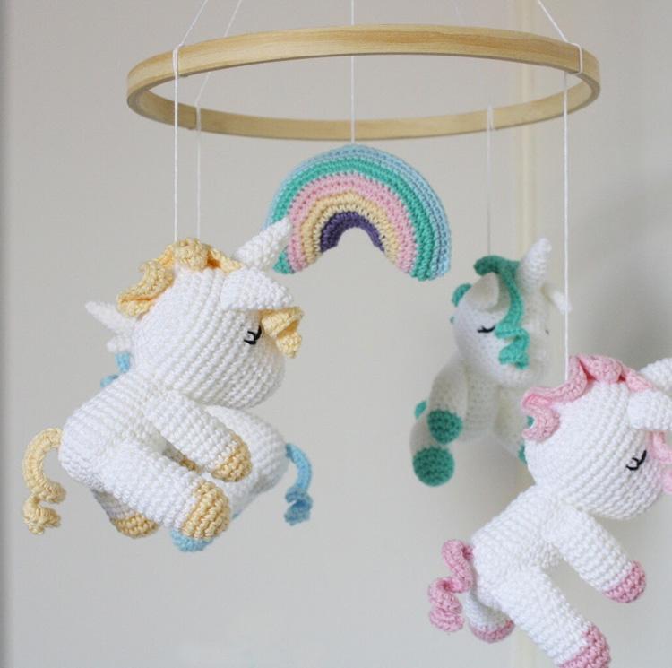 Dicas para o bebê dormir melhor: móbile de amigurumi de unicórnio Ami Fofuchos It Mãe
