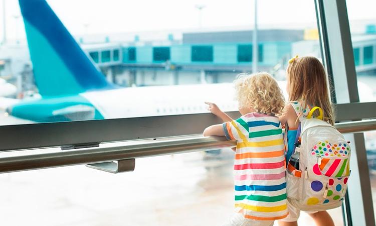 Viagem de avião com crianças It Mãe