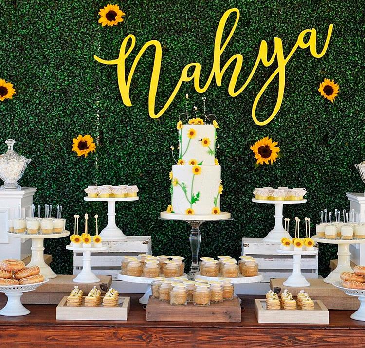 Festa de aniversário com mesa de bolo e doces floridos- It Mãe