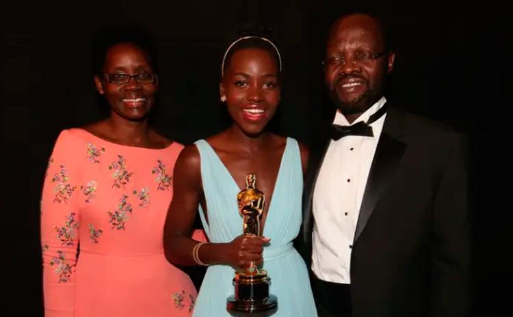 Mães no Oscar: Lupita, Dorothy e Peter Nyong'o It Mãe