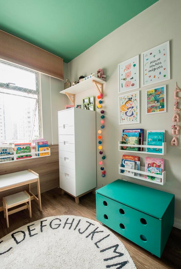 Decoração com quadros e prateleiras em quarto infantil Patrícia Bigonha Design de Interiores - It Mãe