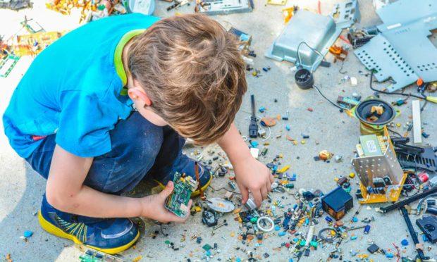 criança fazendo brinquedos reciclados