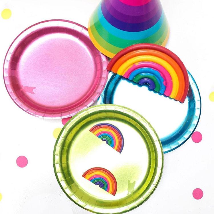 Pratos coloridos decoração para Dia das Crianças Rica Festa It Mãe