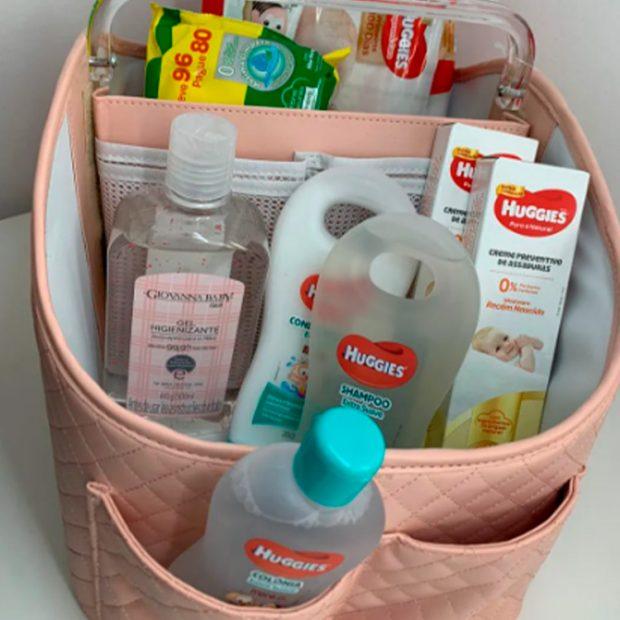 Kit porta fralda com produtos huggies  Itens essenciais chá de bebê - It Mãe