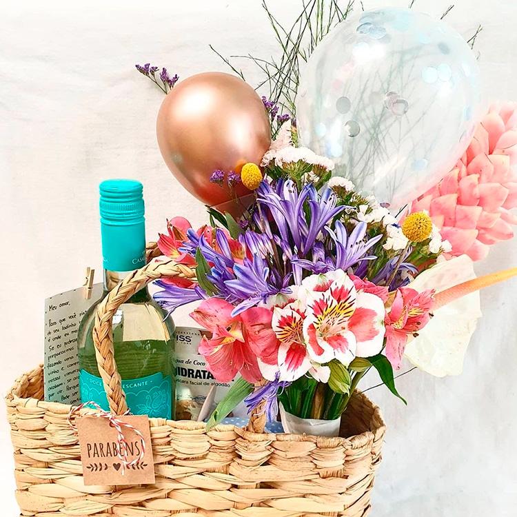 Cesta com flores e vinho Afeto na Cesta Presentes a distância Natal 2020 - It Mãe