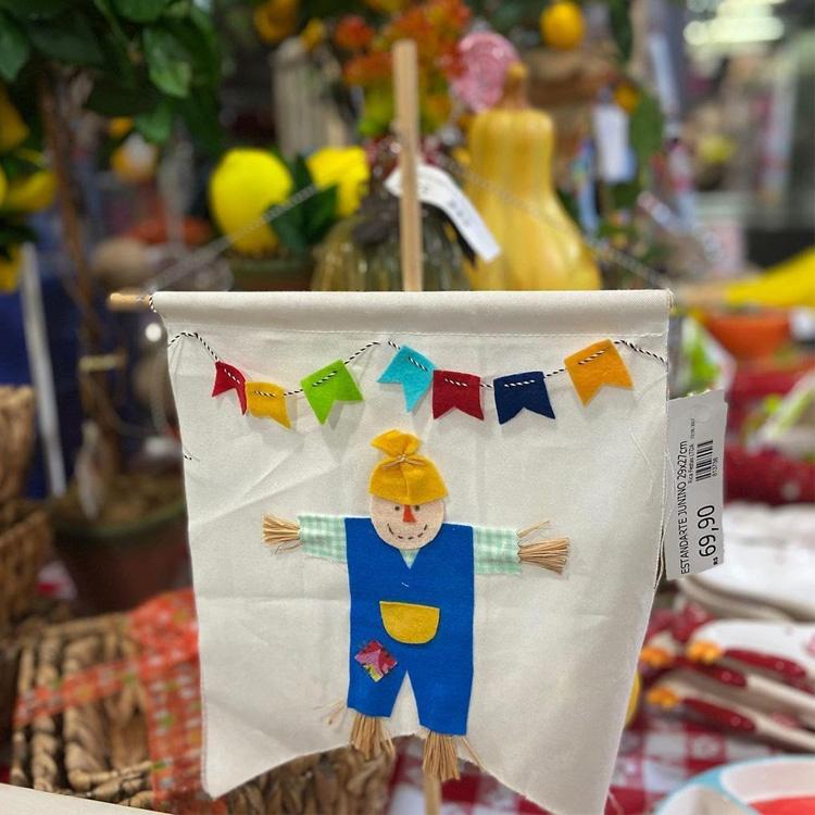 It Mãe: festa junina em casa - flamula com bandeirinhas e espantalho