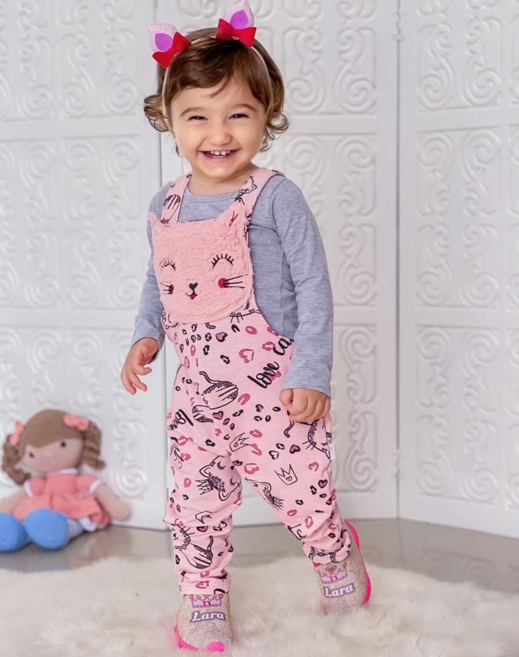 Looks com roupa de brincar: jardineira com blusa de moletom Rique Baby Store - It Mãe